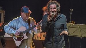 Daniel Sesé, con la guitarra, y Xavi Túrnez, durante el concierto del viernes en el Luz de Gas.