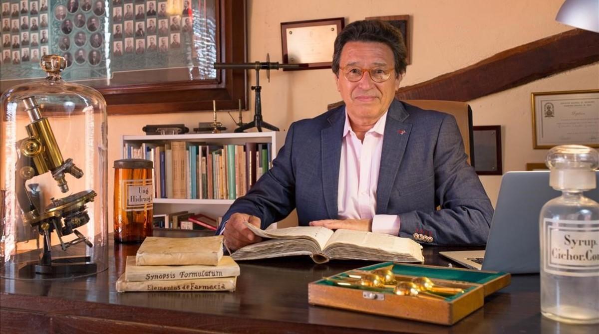 Ramon Viader Guixà conserva en su casa de Sant Sadurní dAnoia el legado de sus antepasados médicos y farmacéuticos.
