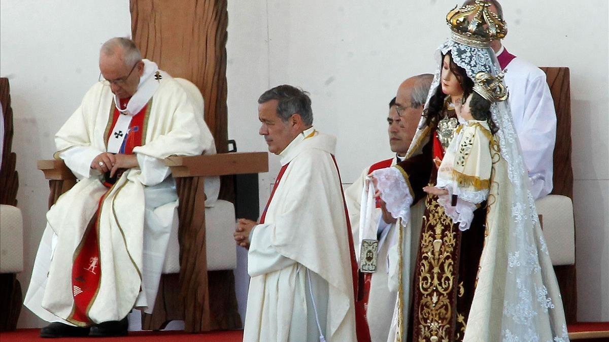 El obispo Juan Barros, junto al Papa en unmisa celebrada en Chile el pasado enero.