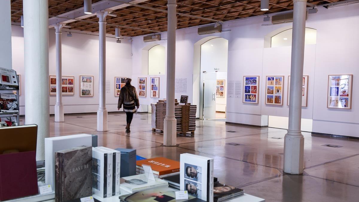 La sala de exposiciones del Círculo del Arte con las ilustraciones de Francesc Artigau sobre Tirant lo Blancen las paredes.