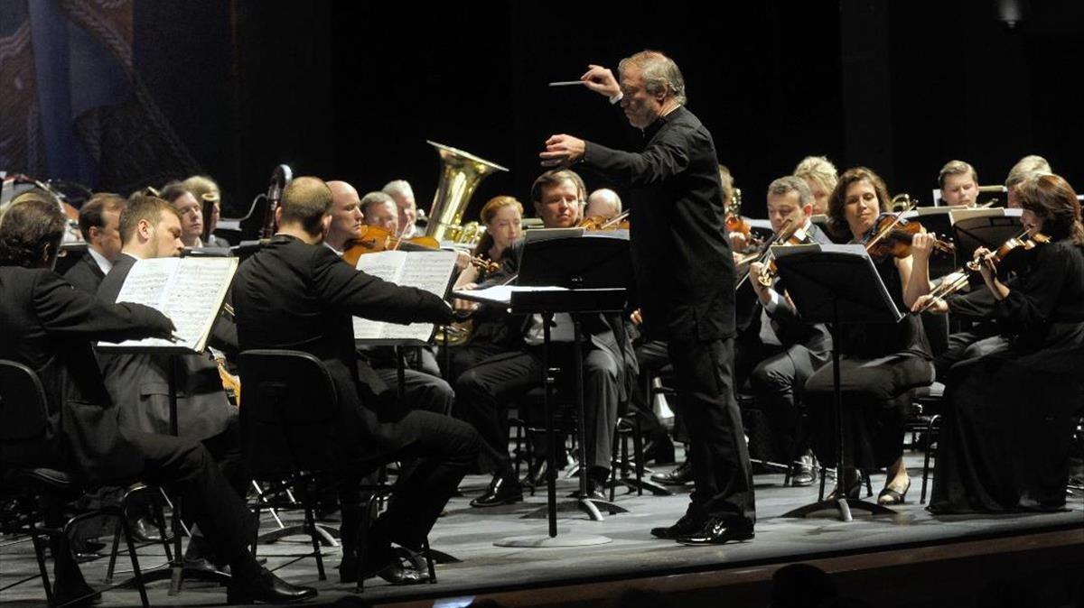 Gergiev dirigiendo ala Orquesta del Mariinski.