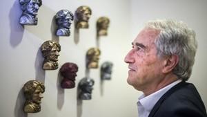 Manel Bertran delante de los pequeños bustos de Wagner en la sede del club.