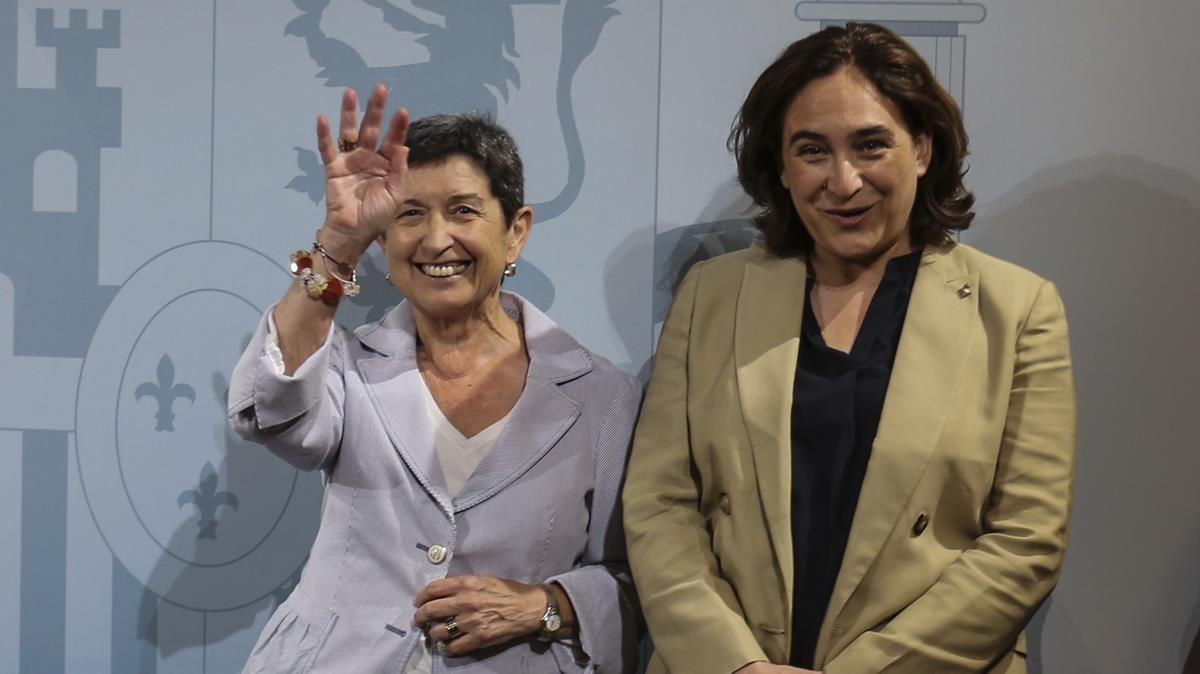 La delegada del Gobierno, Teresa Cunillera, junto a la Alcaldesa de Barcelona, Ada Colau, este viernes en la sede de la delegación en Catalunya.