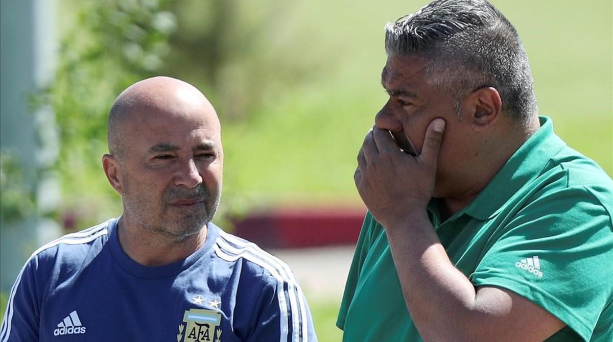 El presidente de la federación, Claudio Tapia (derecha), habla con Jorge Sampaoli durante el Mundial de Rusia.
