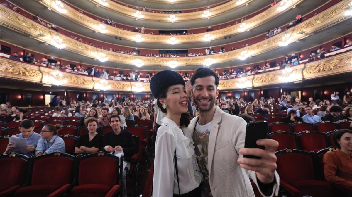 Una pareja inmortaliza su primera experiencia con'Liceu Under 35'.