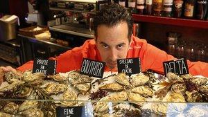 Adelf Morales posa con sus ostras en el Topik Resturan.