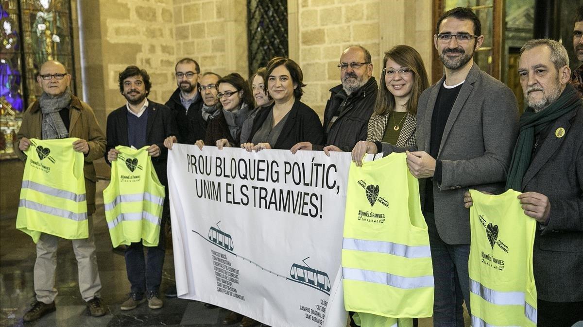 Foto de familia de defensores del tranvía con concejales de los partidos a favor del proyecto.