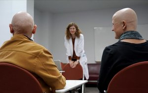 Dos de las participantes en la terapia grupal que se desarrolla en el hospital Ramón y Cajal.