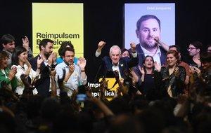 Ernest Maragall celebra su vitoria tras una emocionante noche electoral en Barcelona.