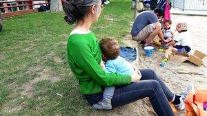 Una madre con su hijo en el parque.