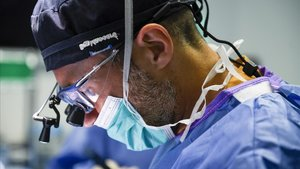 El oftalmólogo Ferran Mascaró,durante una operación en el Hospital de Bellvitge.