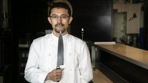 Atsushi Takata, con uno de sus cuchillos, en La Cuina de l'Uribou.