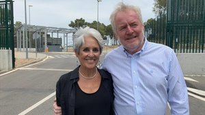 Joan Baez y Bill Shipsey, abogado y fundador de Art for Amnesty.