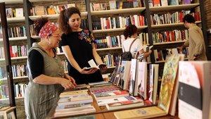 Sofía Balbuena (segunda por la izquierda) y Ezequiel Naya (de espaldas a la derecha) en Lata Peinada.