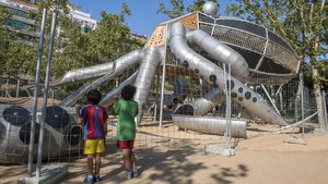 La atracción del pulpo del parque de la Pegaso precintada, este domingo.