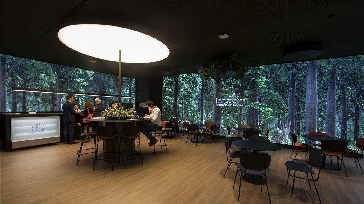 Interior de la oficina 'All in one' que inauguró este lunes CaixaBank en el centro de València y que es la primera de este tipo