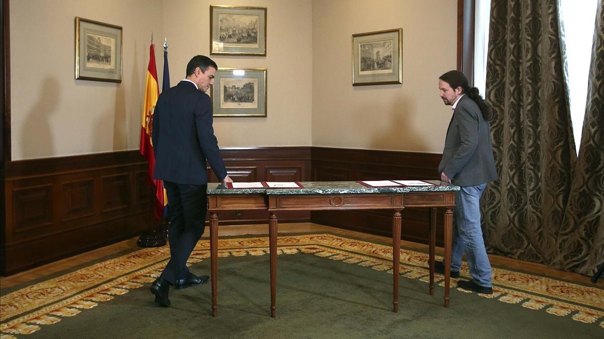 Pedro Sánchez y Pablo Iglesias, antes de firmar el acuerdo.