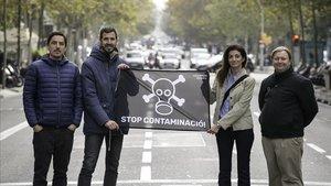 Carlos Avilés,Guille López,Neus Sells y Steve Tayleur, miembros de Eixample Respira y promotores del mapa de los colegios y la contaminación del aire, en la calle de Urgell con Mallorca, uno de los puntos más contaminados.