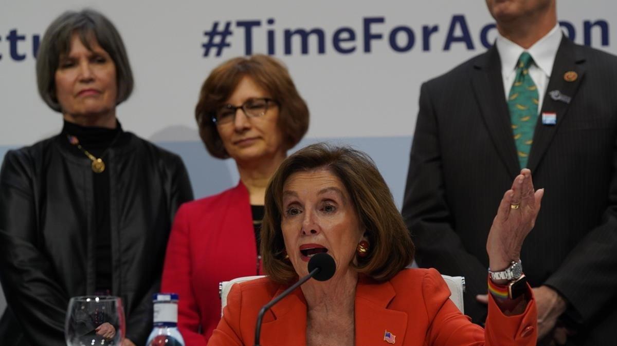 Nancy Pelosi, rodeada de congresistas americanos en la Cumbre de Madrid.