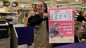 Una empleada delestablecimiento de Terrassa que ha vendido la Grossa muestra el número agraciado.