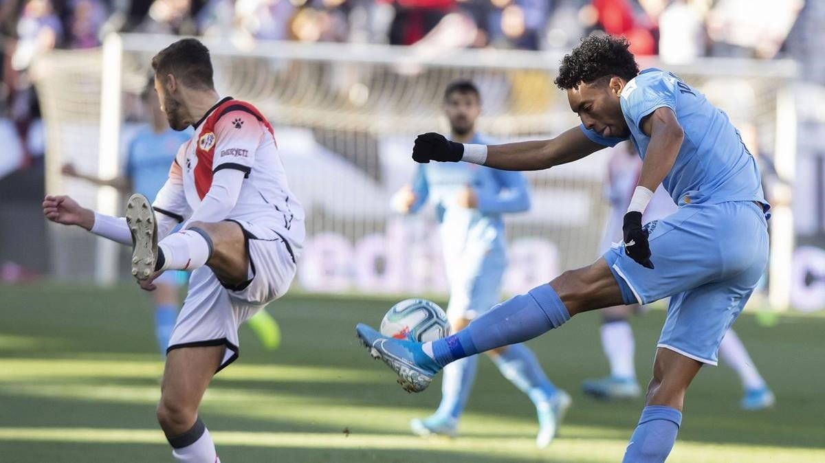 Mojica despeja un balón en el partido frente al Rayo Vallecano.