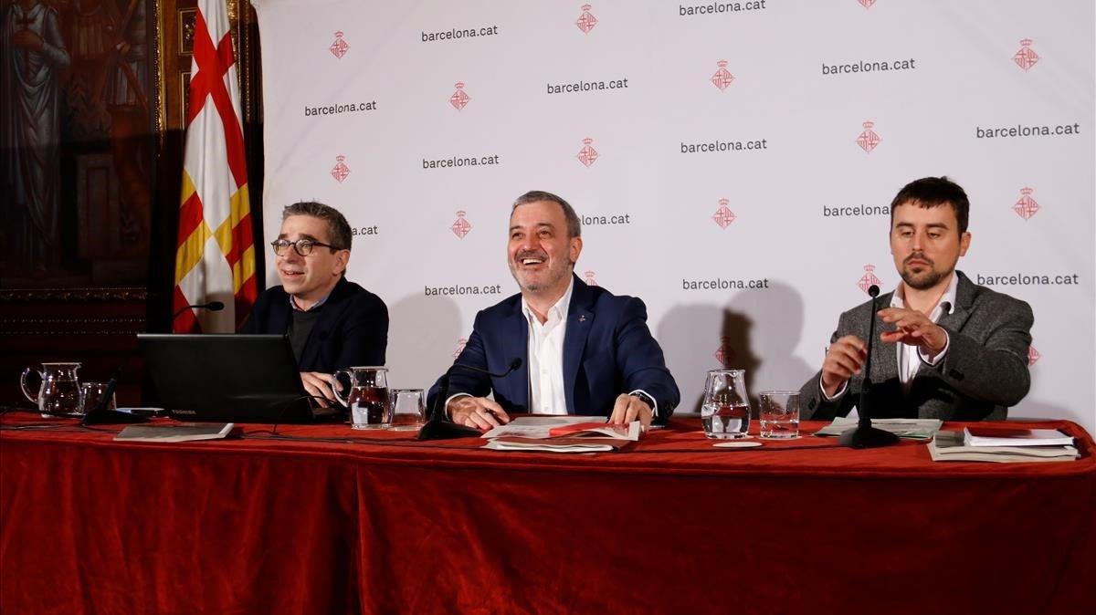 De izquierda a derecha, Jordi Martí, Jaume Collboni y Marc Serra, esta mañana
