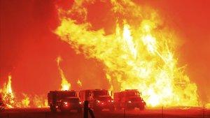 Califòrnia declara l'estat d'emergència pels incendis mentre continuen actius 30 focs