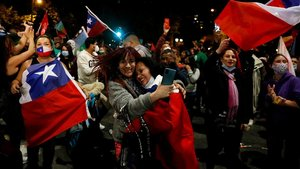 Fiesta en las calles de Valparaíso tras conocerse los resultados del plebiscito en Chile.