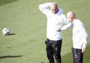 Zidane y su segundo, Bettoni, durante el entrenamiento de este sábado.