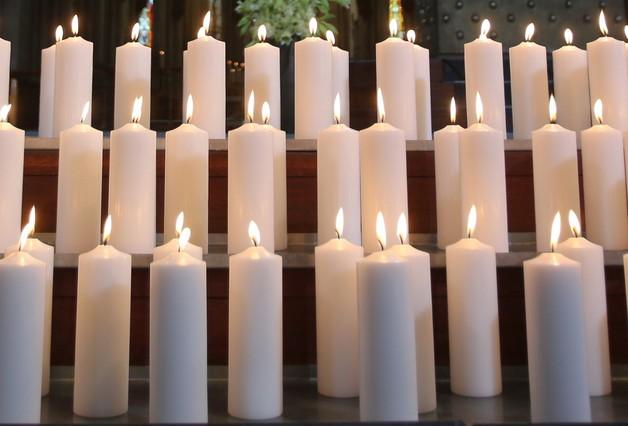 Velas en memoria de las víctimas del accidente, incluida una en memoria del copiloto Lubitz.