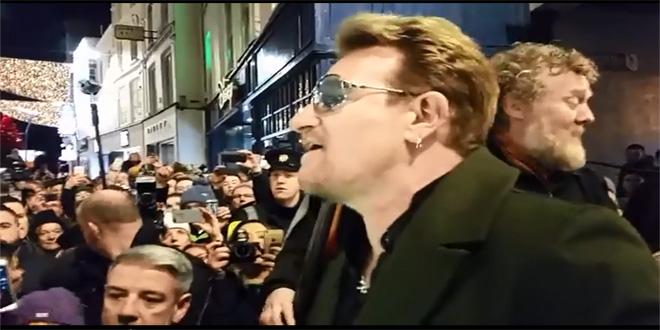 Bono canta en la calle de Grafton de Dublín.