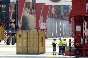 Estibadores en la terminal de contenedores en el muelle de Barcelona.
