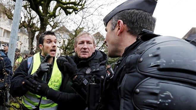 Los 'chalecos amarillos' salen a la calle pese al diálogo con Macron