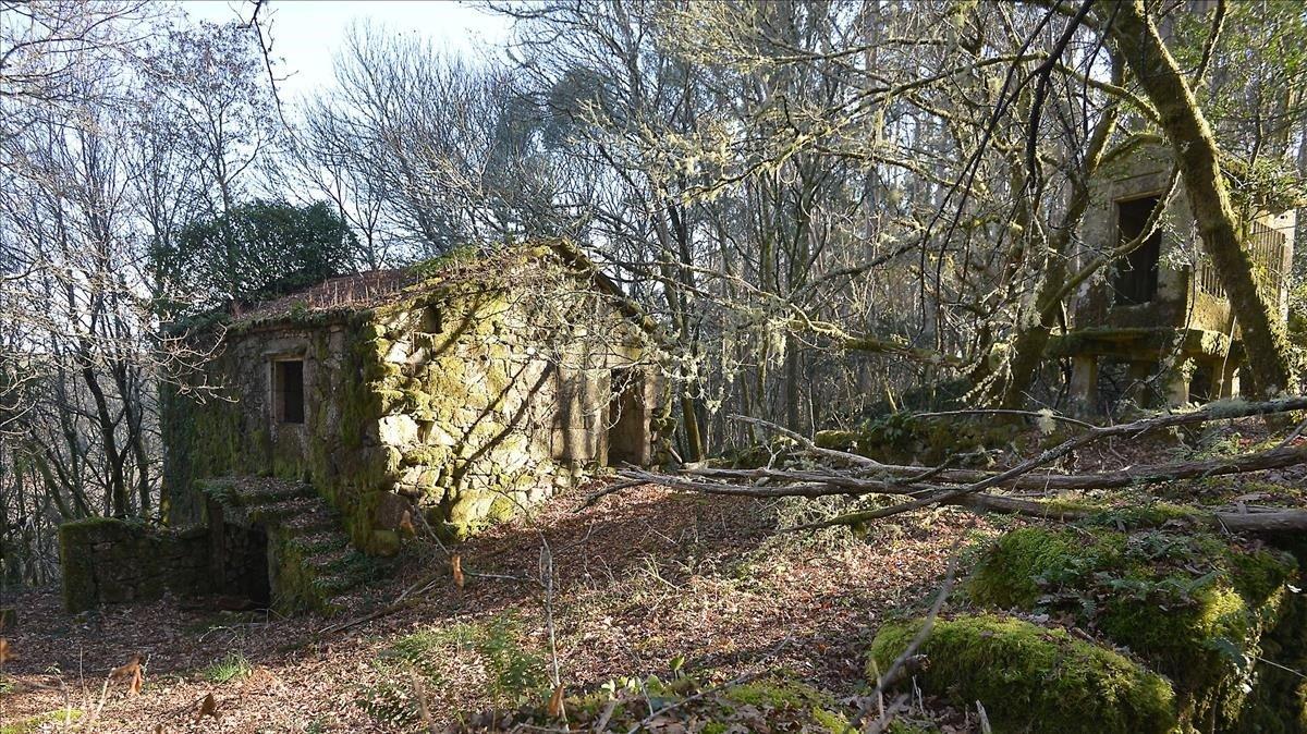 Casa rural abandonada en el interior de la provincia de Pontevedra. / GUSTAVO SANTOS