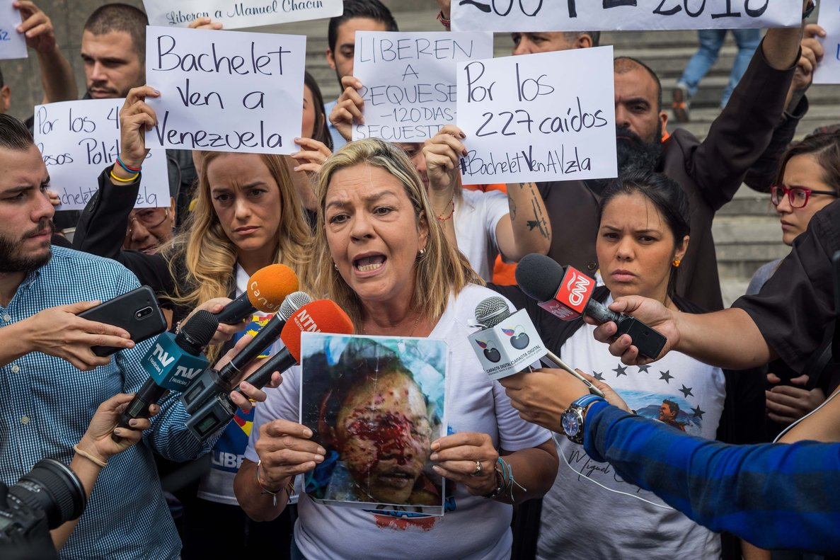 Familiares de los presos políticos acudieron nuevamente a la sede de la ONU para exigir que den a conocer la fecha y la agenda de la visita de la Alta Comisionada de los DDHH, Michelle Bachelet. EFE/ Miguel Gutiérrez