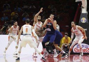 La estrella serbia Nikola Jokic (c) intenta manejar el balón ante la oposición de la defensa española.