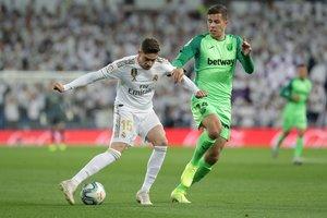 El madridista Fede Valverde (i) durante el partido ante el Leganés.