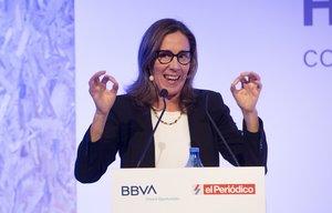La escritora y periodista Eva Millet durante su ponencia en la sede del BBVA de Barcelona