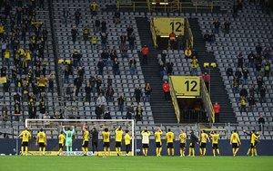 Los jugadores del Dortmund celebran con su afición la victoria de este sábado en la Bundesliga.