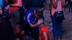 El abrazo entre un aficionado francés y un niño portugués tras la final de la Eurocopa