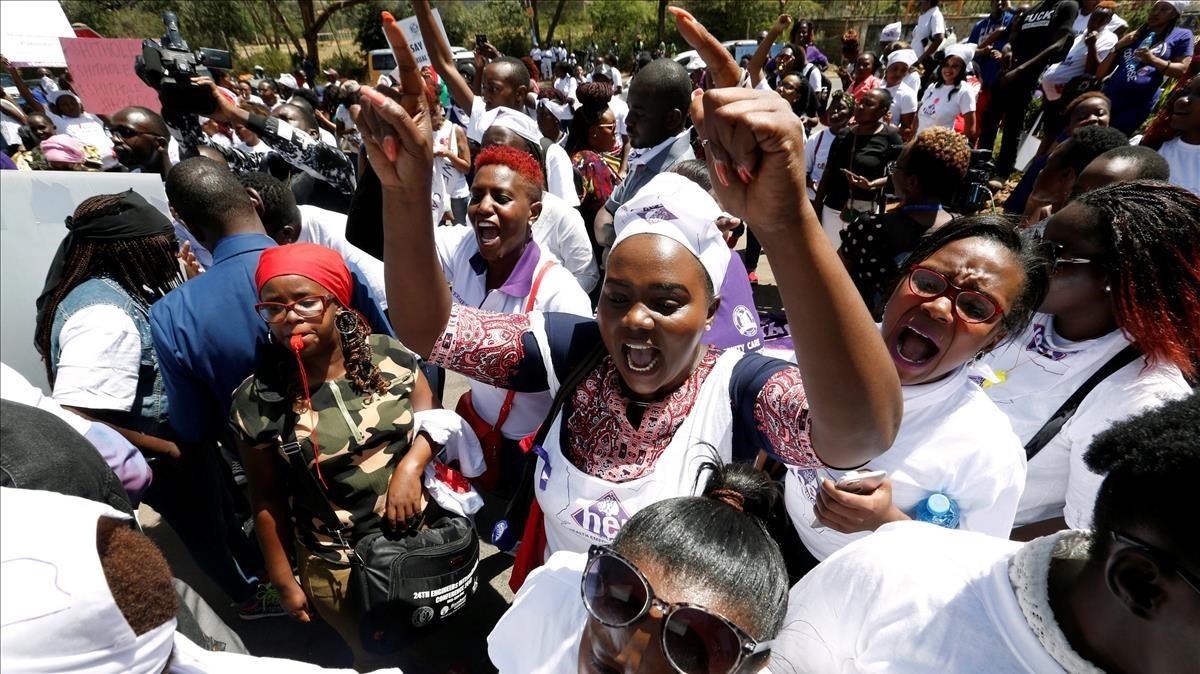 Activistas protestan contra la conducta no ética del personal y las acusaciones de mala gestión fuera del Hospital Nacional, en Nairobi.
