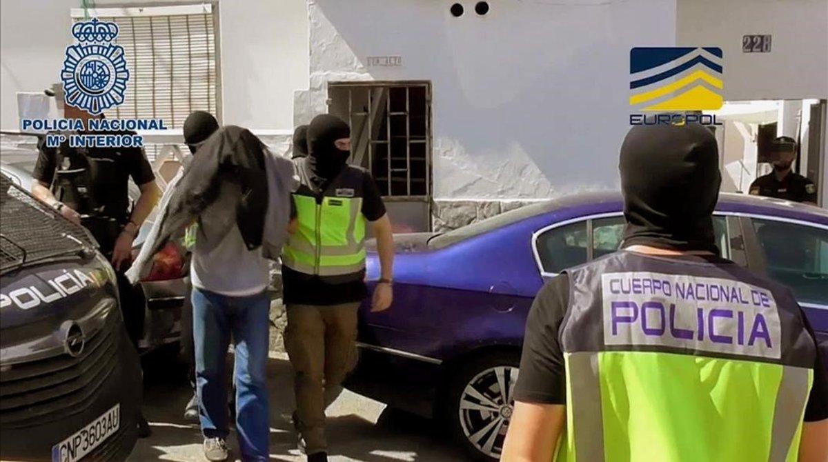 Agentes de la policía con el detenido en Algeciras acusado de pertenecer al Estado Islámico.