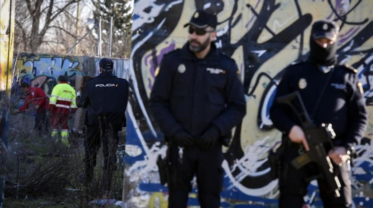 Agentes de la Policía montan guardia en las inmediaciones de la cabaña que utilizaban los dos presuntos yihadistas detenidos este miércoles.