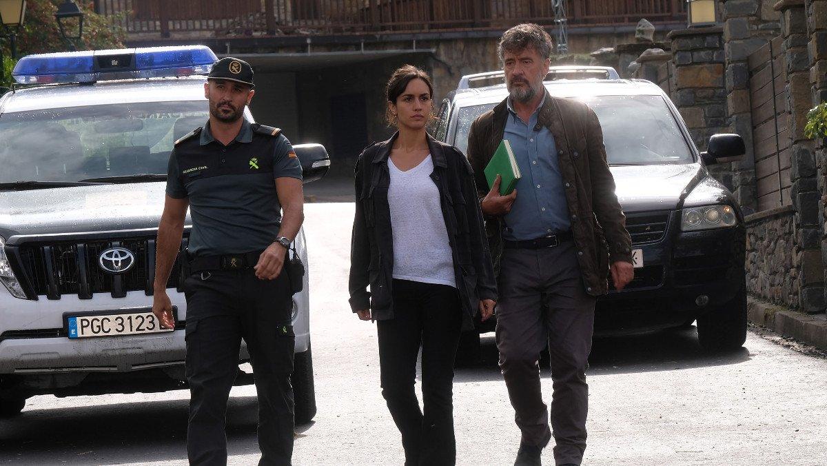 Alain Hernández, Megan Montaner y Francis Lorenzo, en la serie 'La caza. Monteperdido'.