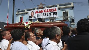 Momento en el que el féretro del expresidente Alan García pasa frente a la sede principal en Lima del partido APRA.