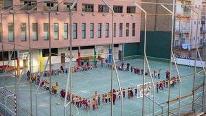 Alumnos de un colegio del centro de Barcelona celebran en el patio la tradicional Castañada, el pasado día 30.