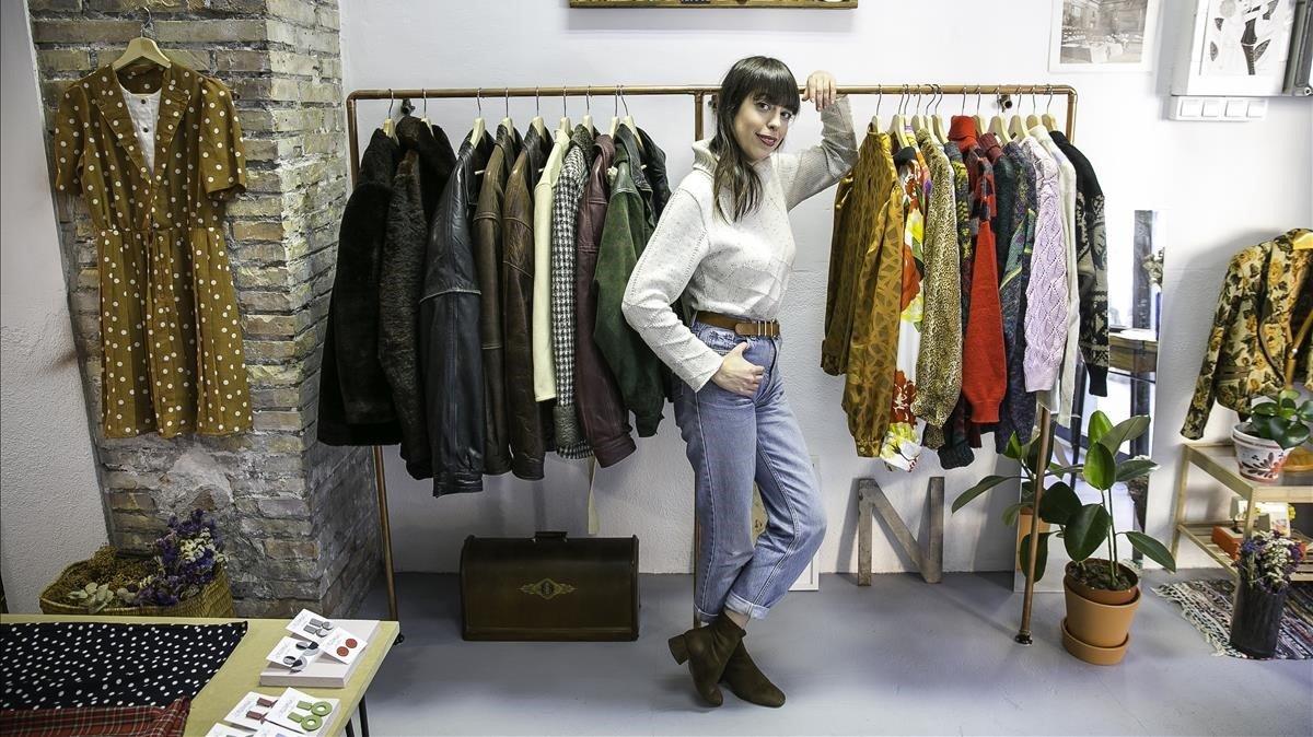 Mireya Romero, responsable de Neko Vintage, ante algunas de las piezas que vende.