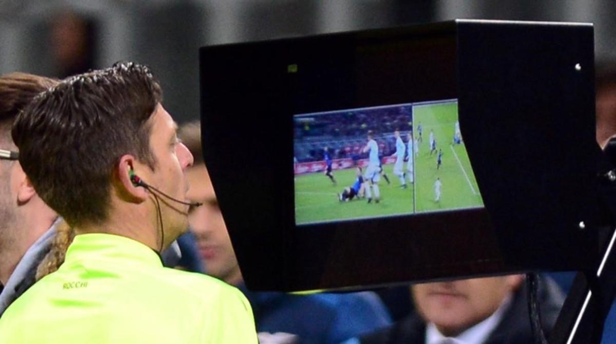 El árbitro Gianluca Rocchi repasa una acción del último Inter-Lazio, en San Siro, Milan.