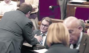 Artur Mas conversa con Oriol Junqueras durante el tenso pleno de ayer en el Parlament.