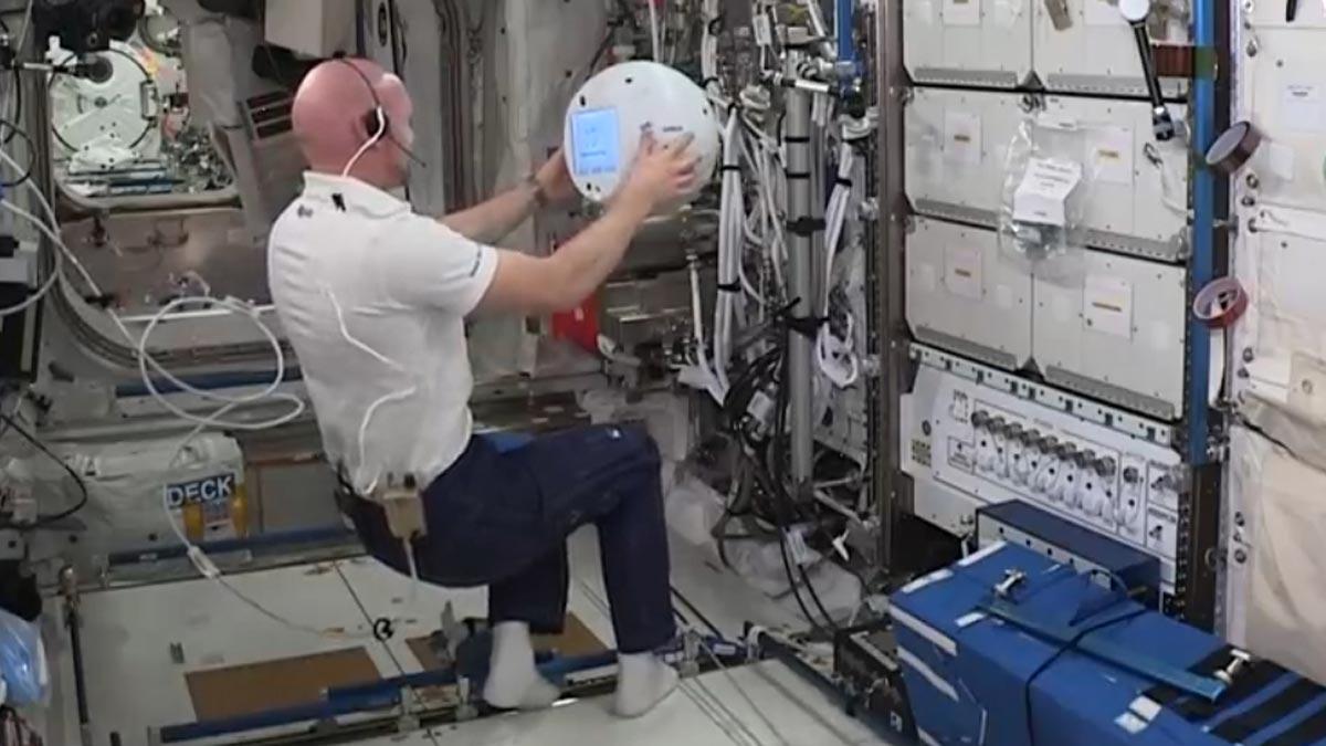 Un astronauta de la ESA conversa con el robot Cimon.